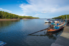Porto di Phuket con il crogiolo di coda lunga Immagini Stock Libere da Diritti