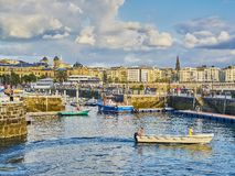 Porto di San Sebastian con il quarto storico nel fondo immagine stock libera da diritti