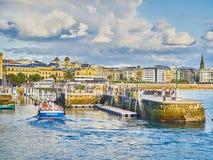 Porto di San Sebastian con il quarto storico nel fondo fotografia stock libera da diritti