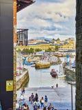 Porto di San Sebastian con il quarto storico nel fondo fotografie stock