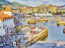 Porto di San Sebastian con il quarto storico nel fondo immagine stock