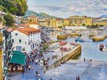 Porto di San Sebastian con il quarto storico nel fondo immagini stock