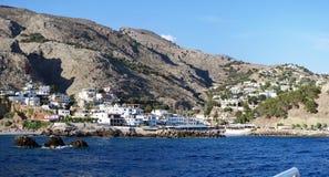 Porto di Sfakion con la barca cityscape Mare libico della C fotografia stock libera da diritti