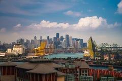 Porto di Singapore con la città di Singapore immagine stock libera da diritti