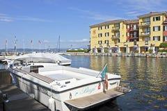 Porto di Sirmione sulla polizia del lago in Italia del Nord. Fotografia Stock