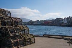 Porto di Stromness all'ovest con le nasse per crostacei Fotografia Stock