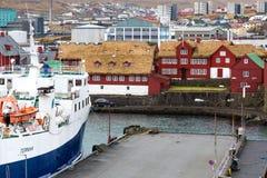 Porto di Torshaven con il traghetto Immagini Stock Libere da Diritti