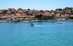 Porto di Traù con le barche e le navi, Croazia fotografia stock libera da diritti