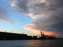 Porto di VEntspils e bello cielo nuvoloso, Lettonia Immagine Stock