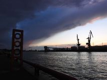 Porto di VEntspils e bello cielo nuvoloso, Lettonia Fotografie Stock Libere da Diritti