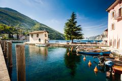 Porto do bote em Nago-Torbole no lago Garda foto de stock