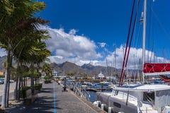 Porto do esporte de barco com os veleiros maiores que encontram-se na frente de Santa Cruz de Tenerife foto de stock royalty free