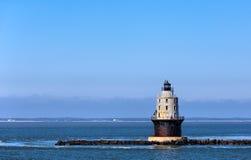 Porto do farol da luz do refúgio na baía de Delaware no cabo Henlop imagens de stock royalty free