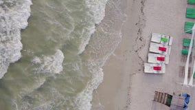 Porto do ferro, Ucrânia - 30 de junho de 2018: Ideia aérea de uma área de recreação luxuoso na praia da areia e no mar vídeos de arquivo