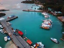 Porto do La Digue com barcos e iate imagens de stock royalty free