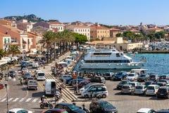Porto do La Maddalena em Itália Barcos, turistas e carros Fotos de Stock Royalty Free