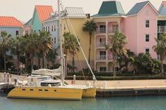 Porto do mar do console e barco de navigação tropicais Fotos de Stock Royalty Free