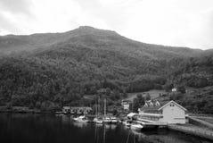 Porto do mar na paisagem da montanha em Flam, Noruega Iate e veleiros no porto marítimo Aventura e descoberta wanderlust imagem de stock