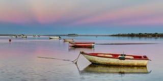 Porto do panorama com os barcos de pesca no por do sol cor-de-rosa Fotografia de Stock Royalty Free