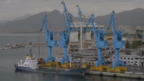 Porto do recipiente com o navio de carga amarrado na cidade litoral video estoque