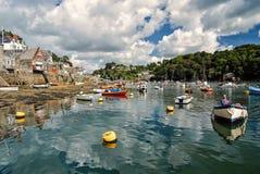 Porto do rio com os barcos na água, Fowey, Reino Unido fotos de stock