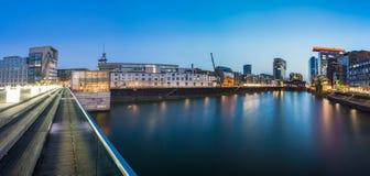 Porto dos meios em Dusseldorf na noite Imagem de Stock
