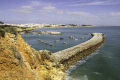 Porto dos pescadores de Albufeira e praia, o Algarve Foto de Stock