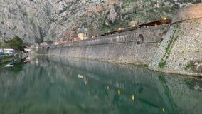 Porto e barche alla baia Boka Kotorska, Montenegro, Europa di Boka Cattaro video d archivio