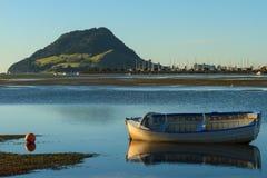 Porto e barco a remos calmos, Tauranga, NZ fotografia de stock royalty free