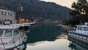 Porto e barcos na baía Boka Kotorska de Boka Kotor, Montenegro, Europa video estoque