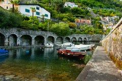 Porto e barcos pequenos no lago foto de stock