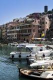 Porto e barcos, Vernazza, Itália Fotografia de Stock