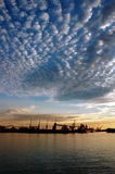Porto e céu no por do sol imagem de stock