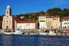 Porto e chiesa di porto Vendres Immagine Stock Libera da Diritti