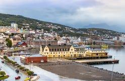 Porto e cidade de Harstad, ilha de Hinnoya, condado de Troms, Noruega imagem de stock