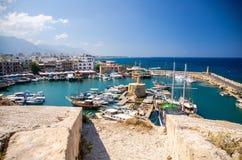 Porto e porto del porticciolo con gli yacht in Kyrenia Girne, Cypr del nord fotografia stock