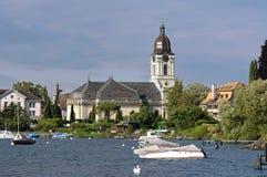 Porto e igreja histórica suíça no lago Genebra foto de stock royalty free