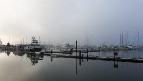 Porto e molo di canottaggio su una mattina nebbiosa Fotografia Stock