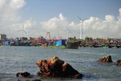 Porto e mulino a vento di pesca Immagine Stock
