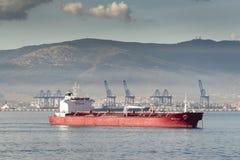 Porto e petroleiro do recipiente de Algeciras da rainha Elizabeth imagem de stock royalty free
