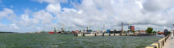 Porto e terraplenagem de Klaipeda Fotos de Stock Royalty Free
