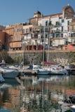 Porto e vecchia città in un posto italiano del mare Immagine Stock