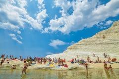 PORTO EMPEDOCLE, ITALIEN - AUGUST 2015: Einige Touristen im Strand Scala-dei Turchi, einer der schönsten Strände in Sizilien, O Lizenzfreie Stockfotos