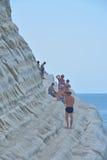PORTO EMPEDOCLE WŁOCHY, SIERPIEŃ, -, 2015: Niektóre turyści w plażowym Scala dei Turchi, jeden piękne plaże w Sicily, o Fotografia Stock