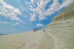PORTO EMPEDOCLE WŁOCHY, SIERPIEŃ, -, 2015: Niektóre turyści w plażowym Scala dei Turchi, jeden piękne plaże w Sicily, o Obrazy Stock