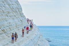 PORTO EMPEDOCLE WŁOCHY, SIERPIEŃ, -, 2015: Niektóre turyści w plażowym Scala dei Turchi, jeden piękne plaże w Sicily, o Zdjęcie Stock