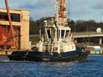 Porto entrando da embarcação do reboque, fundo industrial Paisagem marinha rural Fotos de Stock