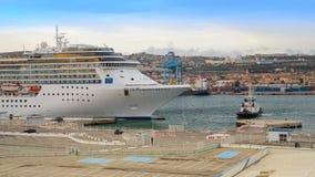 Porto entrando de Costa Mediterranea do navio de cruzeiros luxuoso de Marselha fotos de stock