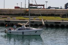 Porto entrando do iate branco da navigação de Valência, Espanha Fotografia de Stock Royalty Free
