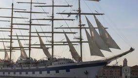 Porto entrando do navio de navigação após a viagem transatlântica, nivelando a incandescência da luz vídeos de arquivo